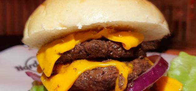 Hard Rock Cafe lança smash burgers em Fortaleza por tempo limitado